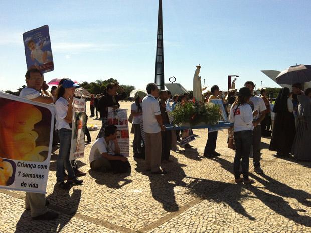Protesto em frente ao Supremo é contra a liberação de aborto de feto sem cérebro (Foto: Natalia Godoy / G1)