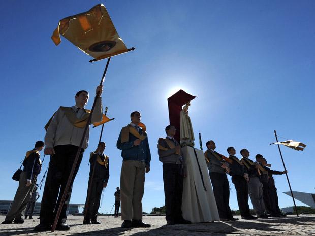 Grupo católico protesta em frente ao Supremo na manhã desta quarta (Foto: Evaristo SA / AFP Photo)