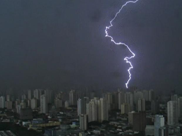 Temporal atingiu cidade de São Paulo nesta quarta-feira (Foto: Reprodução/ TV Globo)