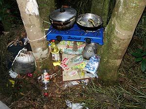 Fogão e comida foram deixados para trás (Foto: Anna Lúcia/G1)