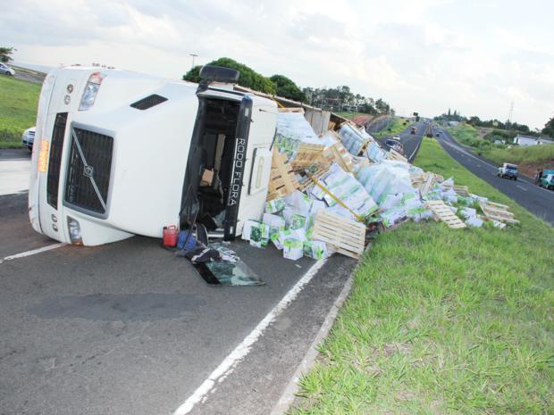 Caminhão que tombou em Marília, SP, carregava resmas de papel. (Foto: Daniel Rizzi/Bom Dia Marília)