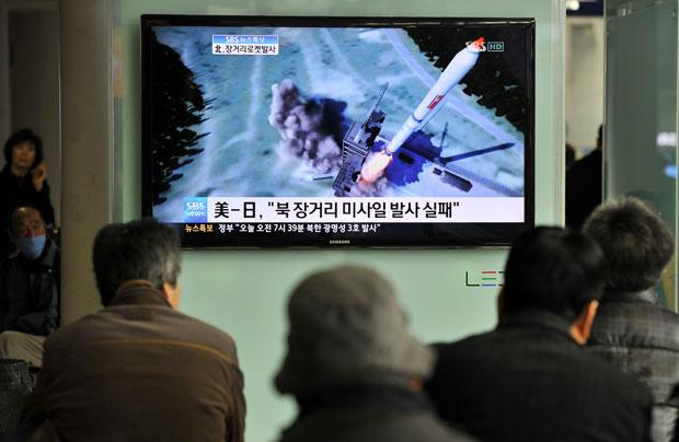 Sul-coreanos observam simulação do lançamento do Norte na TV em uma estação de metrô de Seul (Foto: AFP)