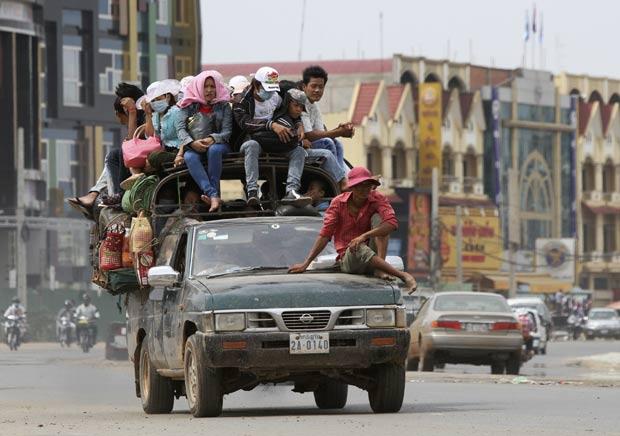Veículo foi flagrado superlotado nesta quinta-feira (12) em Phnom Penh. (Foto: Samrang Pring/Reuters)