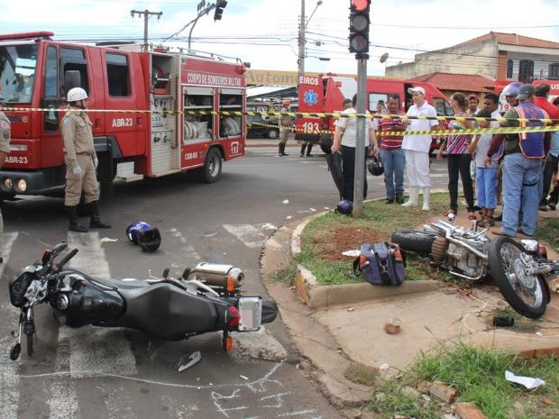 As duas motos trafegavam pela Mascarenhas de Moraes  (Foto: Divulgação/Corpo de Bombeiros)