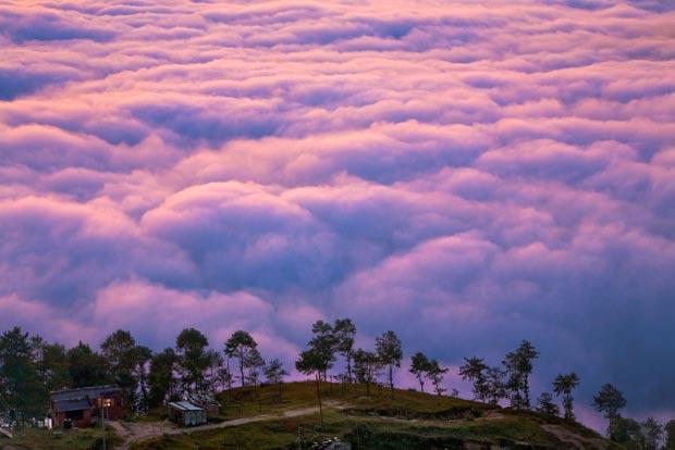 Fotógrafo retrata vida 'nas nuvens' de povo do Himalaia (Foto: Caters)