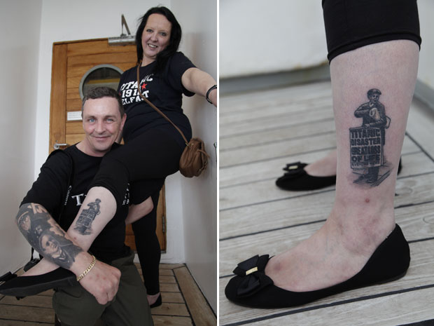 Derek e Lynn exibem suas tatuagens em homenagem ao Titanic (Foto: Lefteris Pitarakis/AP)
