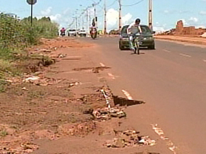 Sem acostamento, moradores se arriscam em Ituiutaba (Foto: Reprodução/TV Integração)