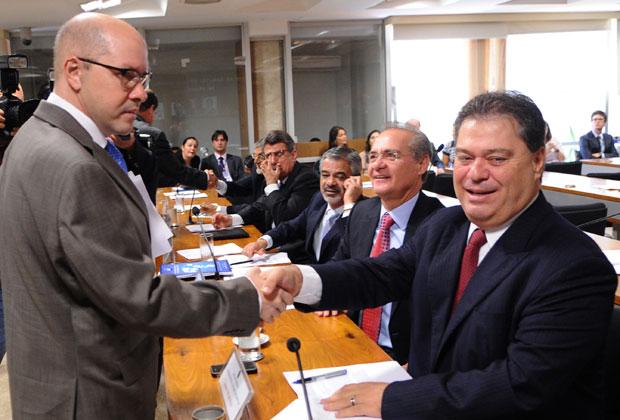 O senador Demóstenes Torres cumprimenta colegas no Conselho de Ética (Foto: Wilson Dias / Ag. Brasil)