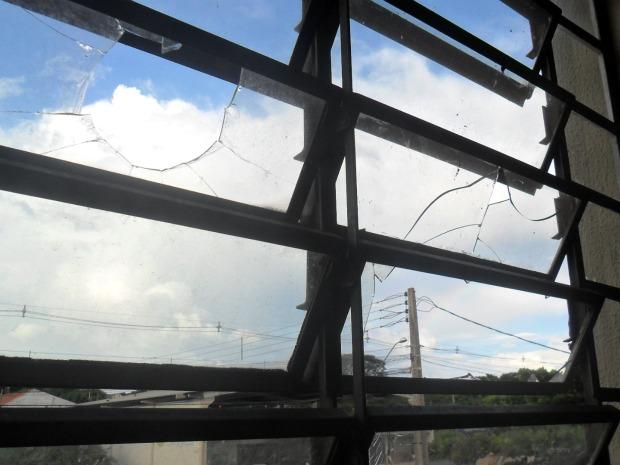 Vândalos jogaram pedras nas janelas das salas de aula (Foto: Divulgação / Escola Tânia Varella)