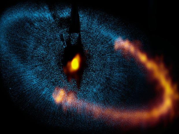 Observatório Alma registrou a parte em laranja da imagem. A parte em azul foi obtida no passado pelo Telescópio Espacial Hubble (Foto: ALMA (ESO/NAOJ/NRAO)/the NASA/ESA Hubble Space Telescope)