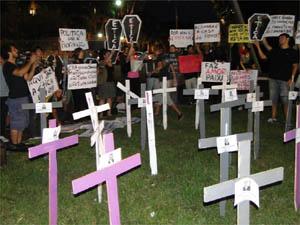 Movimento realiza 'enterro da ética' no jardim da Câmara de Ribeirão Preto, SP (Foto: Leandro Mata/G1)