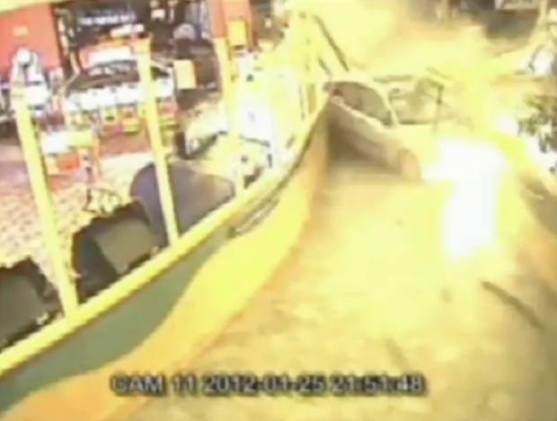 Claire Holley destruiu o carro de seu ex-namorado contra um boliche onde ele trabalhava. (Foto: Reprodução)