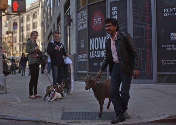 Cyrus Fakroddin com sua cabra de estimação em Nova York. (Foto: Allison Joyce/Reuters)