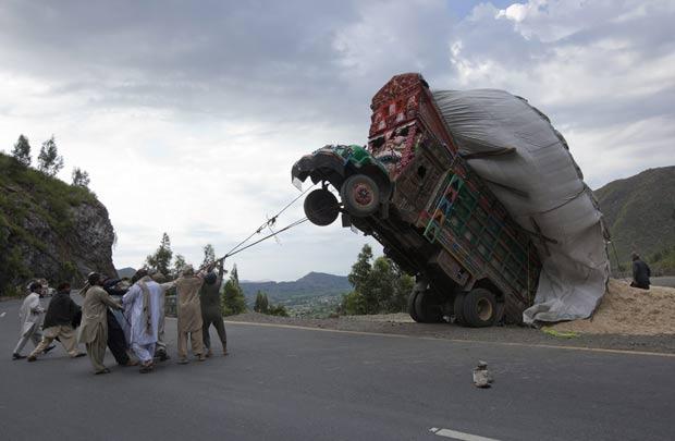Caminhão empinou por estar sobrecarregado.  (Foto: Mian Khursheed/Reuters)