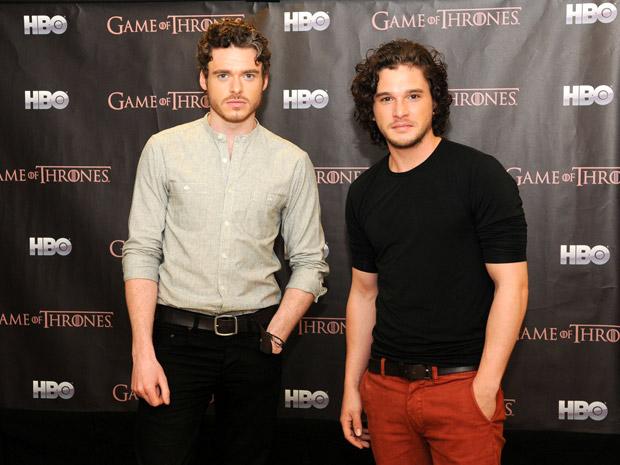 """Kit Harington e Richard Madden, respectivamente Jon Snow e Robb Stark de """"Game of thrones"""", estão no Rio de Janeiro para promover a segunda temporada da série de TV da HBO. Na manhã desta sexta-feira (13) eles posaram para fotos em um hotel em Copacabana. (Foto: Alexandre Durão / G1)"""