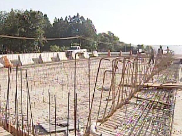 Obras na duplicação estão atrasadas por causa da chuva (Foto: Reprodução / TV Tem)