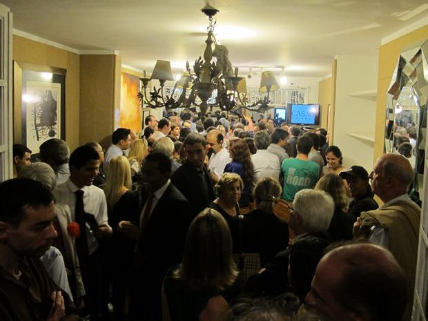 Público se espreme na entrada de casa de leilões (Foto: Paulo Toledo Piza/G1)