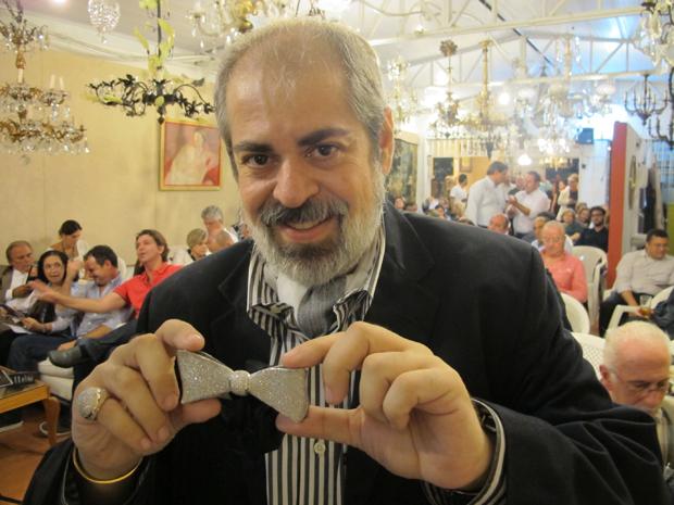Arquiteto mostra com orgulho gravata de R$ 46 mil (Foto: Paulo Toledo Piza/G1)