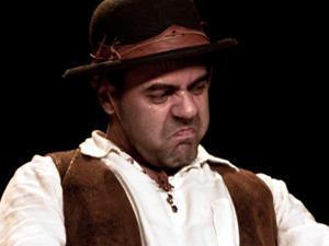 """O ator João Ricardo Oliveira interpreta ícones do cinema norte-americano no espetáculo """"Roliúde"""" (Foto: Divulgação Sesi)"""
