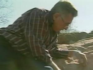 Arruda, em imagens de arquivo quando encontrou fóssil (Foto: Reprodução / TV Tem)