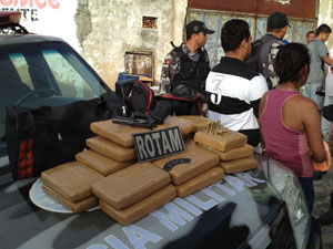 Droga apreendida em comunidade de João Pessoa  (Foto: Walter Paparazzo/G1)