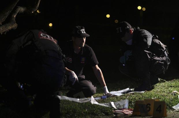 Policiais colombianos observam local de explosões neste sábado (14) próximo ao prédio da Embaixada dos EUA na Colômbia, em Bogotá (Foto: Reuters)