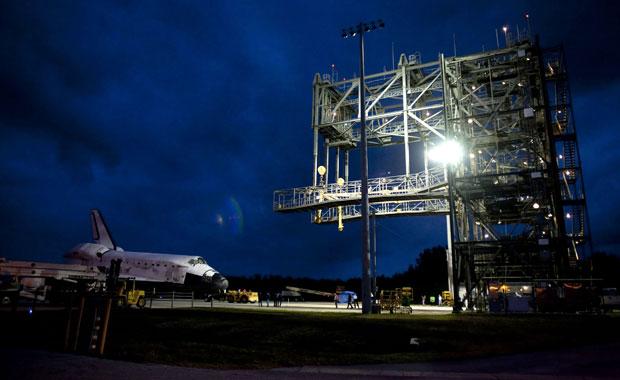 Ônibus espacial Discovery se perpara para viagem de avião ao museu Smithsonian (Foto: Michael R Brown/Reuters)