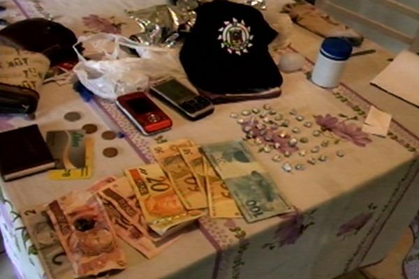 Materiais apreendidos durante a prisão (Foto: Reprodução, RBS TV)