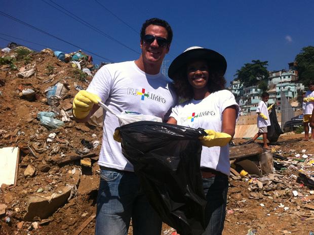 Carlos Machado e Isabel Filardis participam do mutirão no Morro de São Carlos (Foto: Bernardo Tabak / G1)