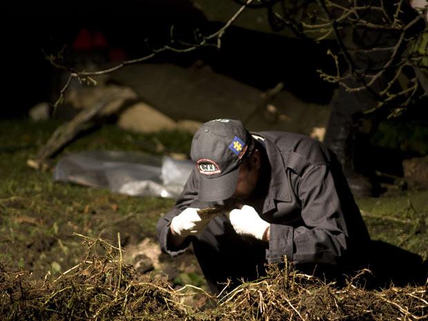 Especialista inspeciona o local onde um pequeno dispositivo explodiu em Bogotá, perto da embaixada dos EUA e escritórios públicos. (Foto: William Fernando Martinez / AP Photo)