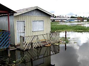 Áreas de Manaus onde a cheia já começa a expulsar moradores (Foto: Reprodução/TVAM)