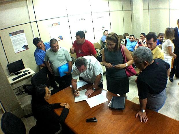 Ata assinada pelos envolvidos na paralisação do transporte coletivo no último dia 10 de abril (Foto: Marcos Dantas/ G1 AM)