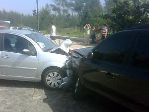 Veículos aguardam remoção após acidente deste sábado (14), no Rio (Foto: Divulgação)