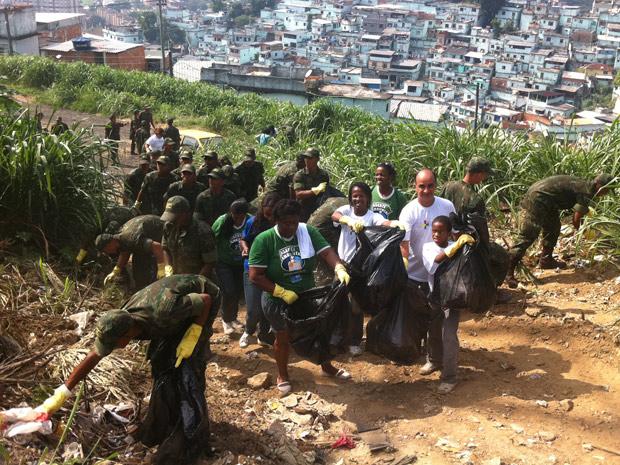 Mutirão reúne soldados e voluntários no Morro de São Carlos (Foto: Bernardo Tabak / G1)