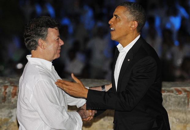 Presidente da Colômbia, Juan Manuel Santos, cumprimenta Barack Obama na noite de sexta-feira (13), antes do início da Cúpula das Américas, em Cartagena (Foto: Reuters)