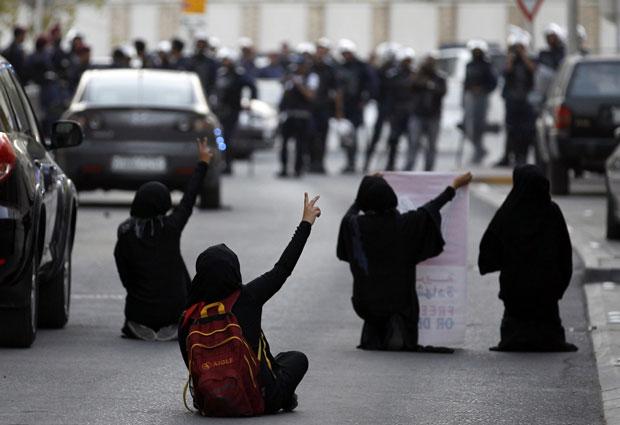 Manifestantes protestam próximo à embaixada britânica no Barein em apoio ao ativista em direitos humanos Abdulhadi al-Khawaja neste sábado (14). Al-Khawaja foi condenado à prisão perpétua por tentar derrubar a monarquia e outros delitos e está em greve de fome de dois meses (Foto: Reuters)