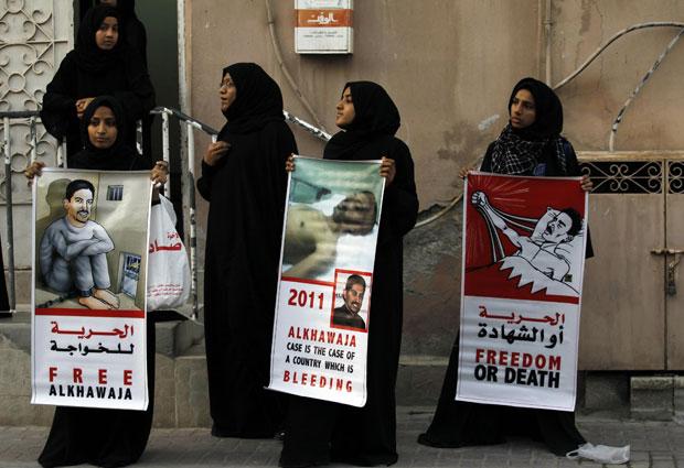 Os manifestantes foram pedir às autoridades britânicas intervenção para que al-Khawaja seja liberado. O Ministério do Interior do paós divulgou um comunicado mais cedo dizendo que ele está em boas condições (Foto: Reuters)