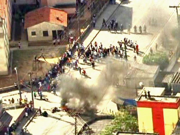 Moradores protestaram contra a morte de um adolescente por policiais militares na Zona Leste de SP. (Foto: Reprodução/TV Globo)