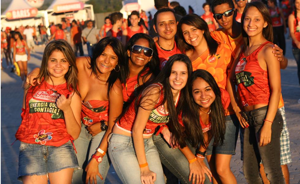 Público aguarda início dos shows na segunda noite do Axé Brasil 2012