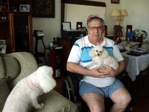 Roberto com as cachorrinhas que ele ama. Elas passam o tempo todo com ele (Foto: Lynne Aranha/ G1)