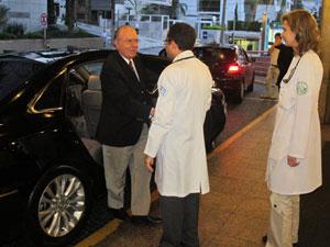 O presidente do Senado, José Sarney, é recebido ao chegar ao hospital Sírio-Libanês, em SP (Foto: Eduardo Carvalho / G1)