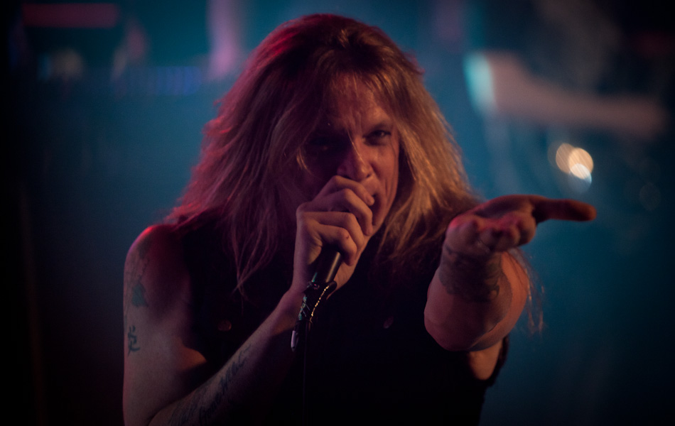 Sebastian Bach canta durante show em So Paulo