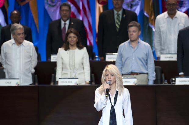 A cantora colombiana Shakira canta o hino nacional do seu país na abertura da Cúpula das Américas, nesta sexta-feira (14), em Cartagena (Foto: Reuters)