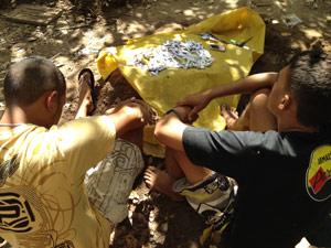 Polícia descobre local onde dupla escondia droga enterrada na PB (Foto: Walter Paparazzo/G1 PB)