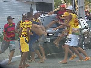 Briga de torcida organizada após clássico entre Sport e Santa Cruz (Foto: Reprodução/TV Globo)