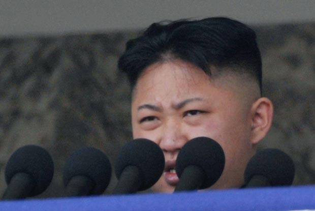 O líder da Coreia do Norte, Kim Jong-un, faz seu primeiro discurso, neste domingo (15), em Pyongyang (Foto: Reuters)