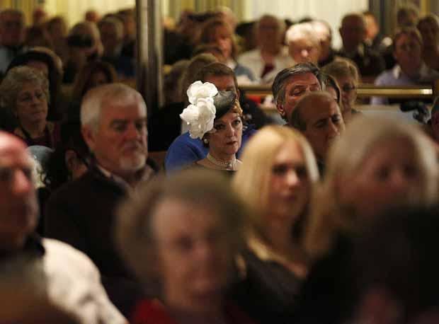 Passageiros do cruzeiro em homenagem ao Titanic participam na madrugada deste domingo (15) de culto religioso, sobre o local em que ocorreu o acidente no Atlântico Norte (Foto: Reuters)