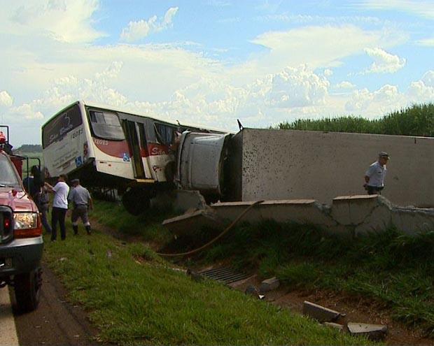 Caminhoneiro morreu no local. Motorista do ônibus e sete passageiros foram socorridos. (Foto: Reprodução/EPTV)