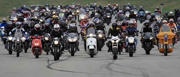 Tchecos colocam 1.349 motoqueiros correndo ao mesmo tempo em pista (Foto: Radek Mica/Reuters)