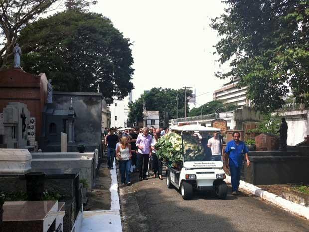 O corpo do estudante  Roberto Laudisio Curti, de 21 anos, morto pela polícia de Sydney, na Austrália, foi enterrado em São Paulo neste domingo (15), no Cemitério do Araçá. (Foto: Márcio Pinho/G1)